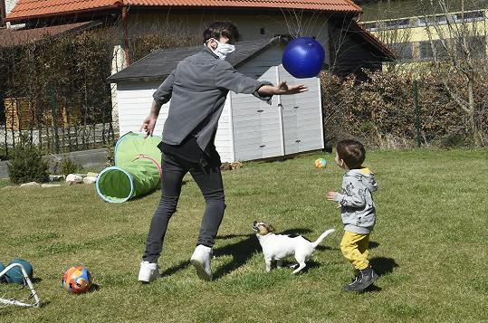 Roman se s kluky vyřádí u míče.