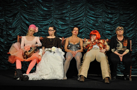Jana Krausová a další oblíbené herečky v divadelní hře Opona nahoru, která bude mít derniéru.