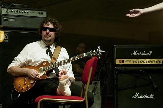 Kytarista kapely Laura a její tygři odehrál koncert po úrazu vsedě.