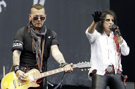 Johnny Depp předskakoval s kapelou Hollywood Vampires Ozzymu Osbourneovi (na snímku s Alicem Cooperem).