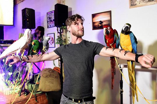 Stejně jako ostatní hosté si užil i focení s papoušky.