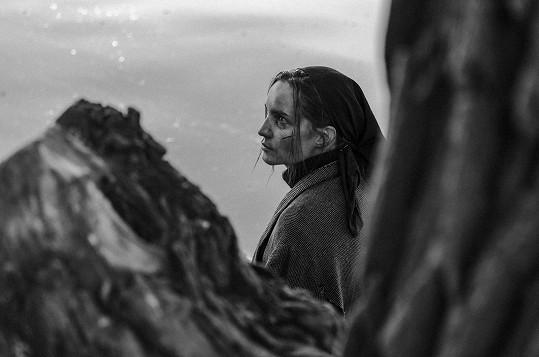 Nedávno natáčela také krátký film s Evou Doležalovou s názvem Raven. Filmařka působí hlavně v zahraničí.