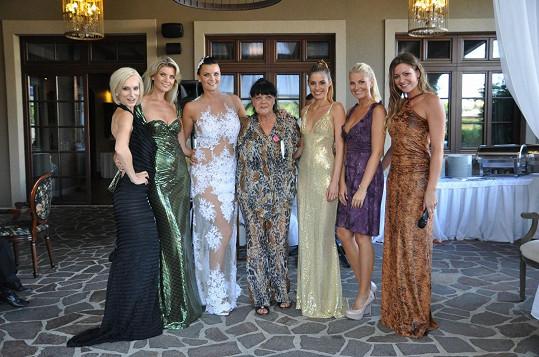 Anna s maminkou a kamarádkami modelkami. Ty pro svatebčany předvedly módní přehlídku.