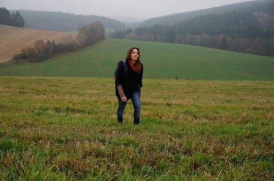 Aneta Langerová v klipu k písni Tráva