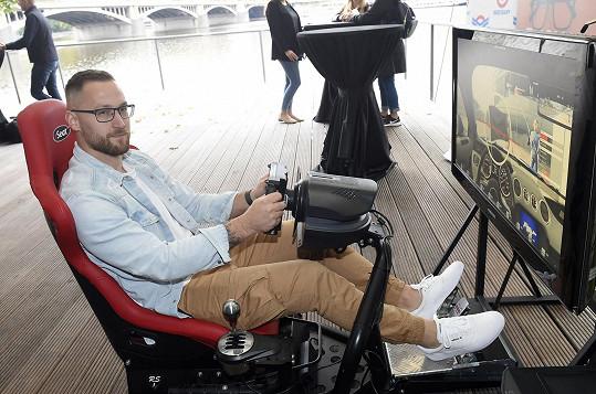 Potkali jsme se na prezentaci projektu bezpečnosti na silnici, takže si vyzkoušel tenhle simulátor.
