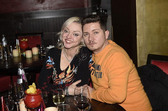 Dominika s kamarádem Pitym, který ji na večer nalíčil.