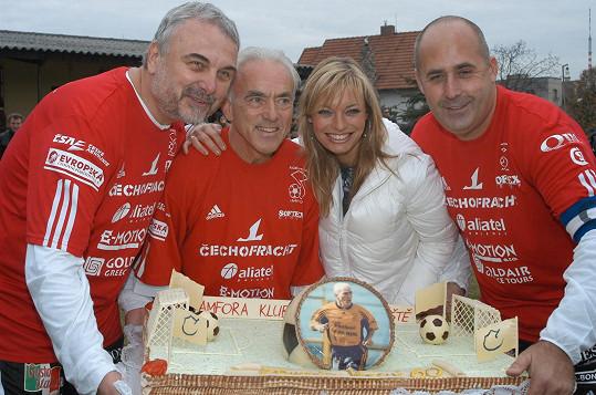 Vladimír Čech byl členem fotbalové Amfory Petra Salavy (vpravo). Dort dostal fotbalový reprezentant František Veselý (vedle Lucie Borhyové) k 60. narozeninám.