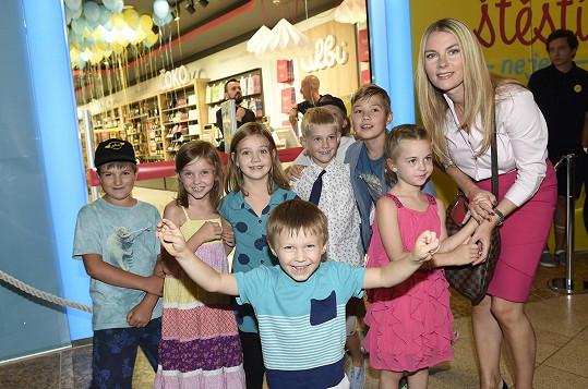 Spolu s dalšími dětmi otevírala nový obchod se hrami.