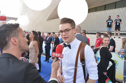 Český zpěvák je favorit na vítězství. Mají o něho zájem i zahraniční média.