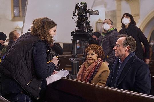 Při natáčení panují bezpečnostní opatření, režisérka i štáb jsou v rouškách, tvář odkryjí jen herci.