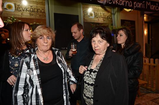 Sestra Ivety Ivana (zcela vlevo) utíkala před fotografy. Doufala, že ji nepoznají.
