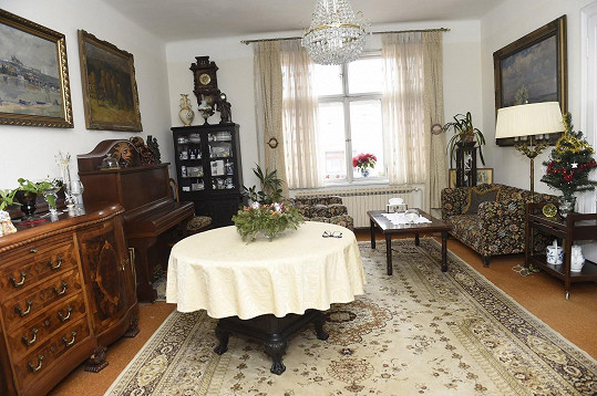 V obývacím pokoji mají manželé již vánoční výzdobu.
