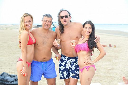 Marian Vojtko s hoteliérem Tamerem a kráskami Evou Decastelo a Renatou Langmannovou na pláži