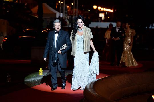 Zpěvačka s partnerem přichází po rudém koberci do budovy Slovenského národního divadla.