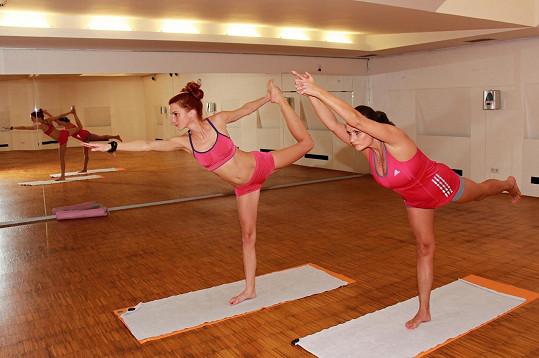 Míša Maurerová cvičí bikram jógu.