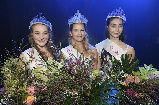Vítězná trojice. Na 2. místě skončila Adriana Antošová, třetí je Veronica Biasini (vpravo).