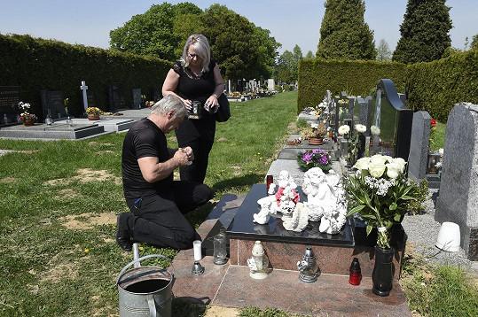 Svíčku zapálil i na hrobě pěnice.