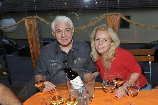 Po dlouhé době se objevil ve společnosti Jiří Krampol i s manželkou.