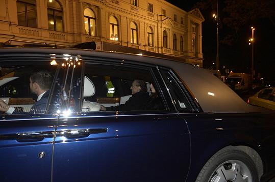 Vysmátý Karel Gott přijíždí do Státní opery s manželkou Ivanou.