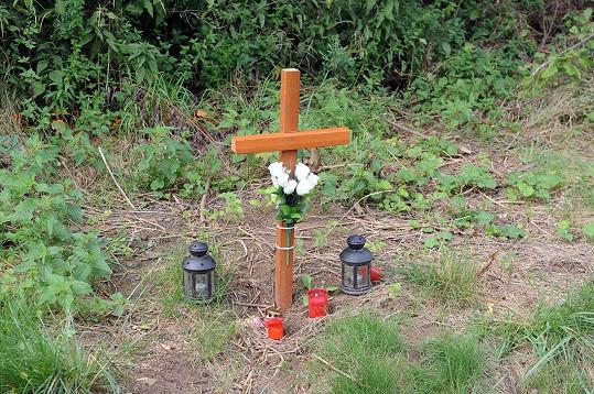 Kříž, který kdosi postavil u místa tragédie.