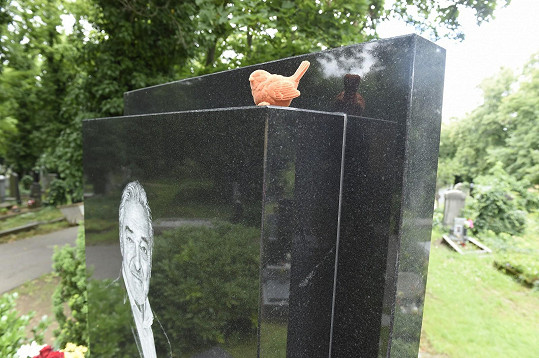 Na hrobě Gotta je umístěn nový slavíček.