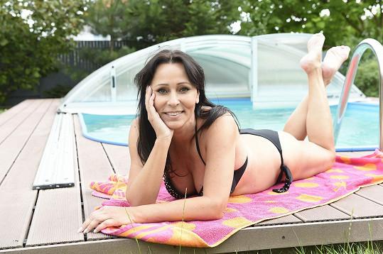 Mezi vystoupeními se bude o prázdninách povalovat u bazénu.