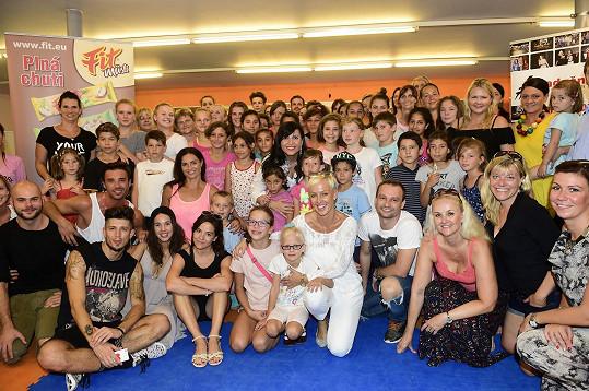 Hanka s patrony projektu a dětmi z dětských domovů