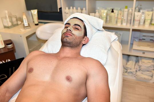 José Parades na kosmetice.