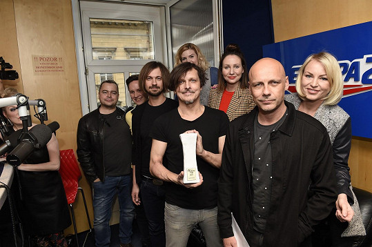 Album roku získala kapela Chinaski. Cenu jim předávaly holky z 3v1.