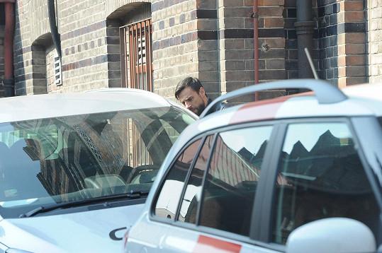 Ostře sledovaný pár se chtěl vyhnout novinářům, kteří na něj čekali před porodnicí. Vojtek proto svůj vůz zaparkoval u zadního vchodu budovy.