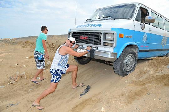 Zatímco Marian s mužskými účastníky výletu pomáhal s vyprošťováním vozu...