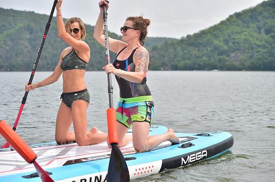 Marta Jandová a Ivana Jirešová budou v soutěžním družstvu na paddleboardových závodech.