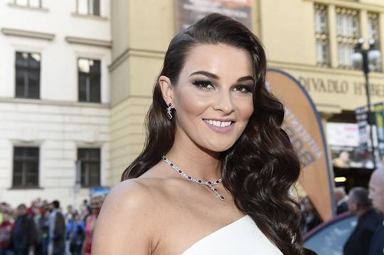 Nikol Švantnerová má na České Miss hodně drahé šperky.