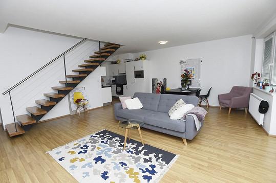 Mezonetový být má velký obývací pokoj spojený s kuchyní.
