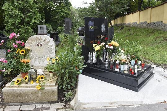 Místo zpěvákova odpočinku se nachází hned vedle hrobu zpěvačky Evy Pilarové.