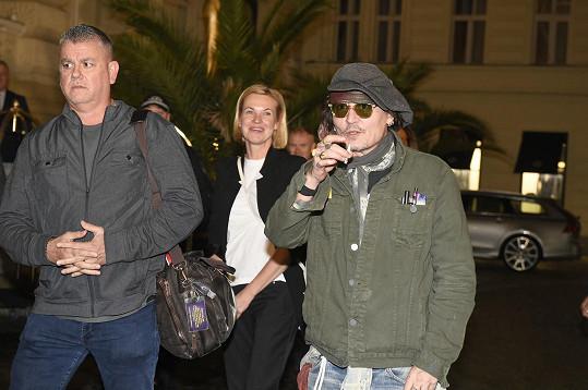Na letišti i před hotelem jej vítal početný dav fanoušků.