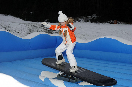 Vanesska zkoušela, jak by jí to šlo na snowboardu.