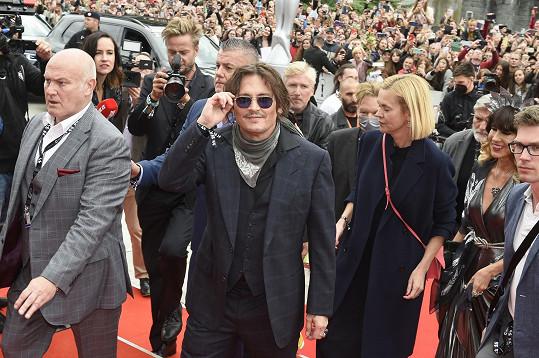 Johnny Depp na červeném koberci před hotelem Thermal