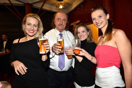 Janeček si s protagonisty muzikálu Fantom opery připil pivem.