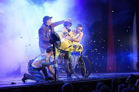 Vše bylo jinak a Danu mlátili jako listonošku na kole.