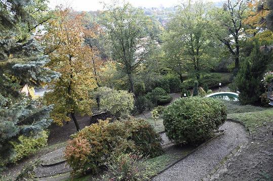 Ale je odtamtud krásný výhled na zahradu.