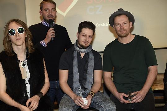 Zleva Doctor Victor, moderátor Libor Bouček a část kapely Eddie Stoilow