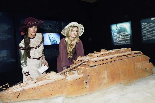 Modelky s maketou ztroskotané lodi