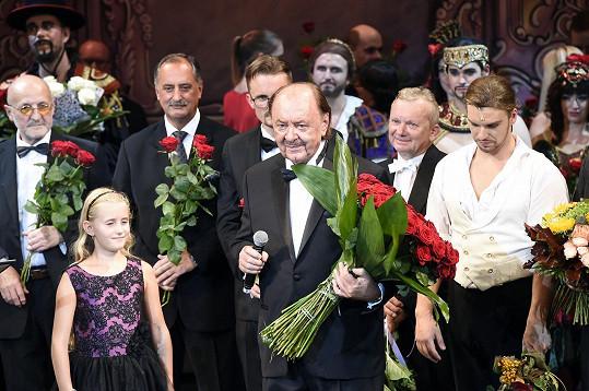 Na pódiu mu poblahopřála i dcera Emilka.