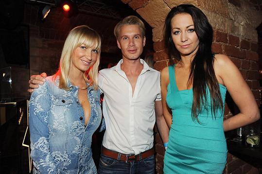 Agáta Prachařová se bavila s Dominikou Mesarošovou a dalšími hosty na narozeninové párty jednoho pražského baru.
