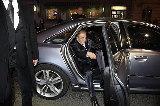 Gott dorazil do karlínského divadla těsně před sedmou hodinou.