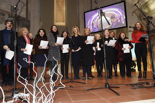 Havlová s kolegyněmi při zpívání koled