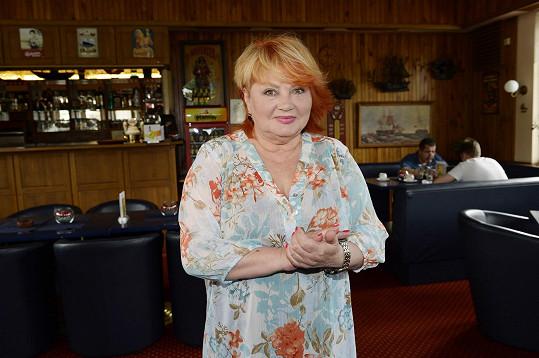 Její babičkou je Věra Špinarová.