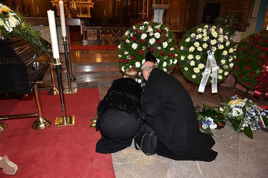 Michal Horáček s manželkou se klaní zesnulému Hapkovi.