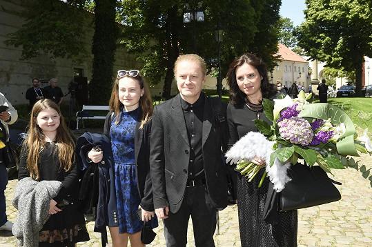 Bára Kodetová dorazila s dcerami a manželem.